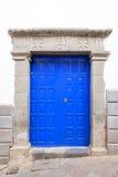 Porta azul e parede branca Fotos de Stock