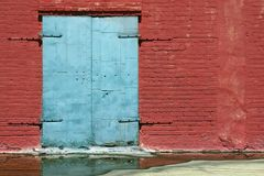 Porta azul e tijolo vermelho Fotos de Stock Royalty Free