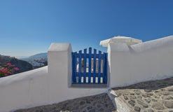 Porta azul em Imerovigli, Santorini Imagem de Stock