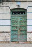 Porta azul esverdeado resistida em Cuenca, Equador Fotos de Stock