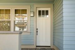 Porta bianca chiusa di una casa Fotografie Stock Libere da Diritti