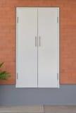 Porta bianca moderna sul muro di mattoni Fotografie Stock