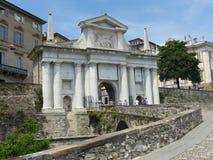 Porta bianca veneziana dell'entrata di vecchia città di Bergamo L'Italia fotografia stock