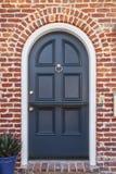Porta blu lucida alla casa classica del brownstone fotografia stock libera da diritti
