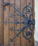 Porta bonita fechado velha Com elementos do metal fotos de stock royalty free