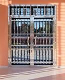 Porta bonita mesma, feita no estilo o mais moderno de elementos do vidro e do metal do espelho com uma superf?cie lustrada brilha fotos de stock
