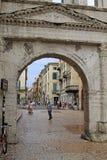 Porta Borsari w Verona, Włochy fotografia stock