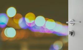 Porta branca aberta para abstrair o fundo com luzes e sombra defocused do bokeh Foto de Stock Royalty Free