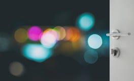 Porta branca aberta para abstrair o fundo com luzes e sombra defocused do bokeh Imagens de Stock Royalty Free