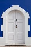 Porta branca bonita em uma parede azul Imagens de Stock Royalty Free