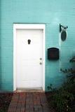 Porta branca e parede de tijolo azul imagens de stock royalty free