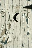 Porta branca velha da lua do outhouse imagem de stock royalty free