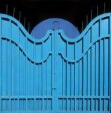 Porta-cerca exemplar do metal com pintura azul brilhante antiquada Fundo abstrato da textura fotografia de stock royalty free