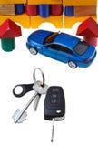 Porta, chiavi del veicolo, modello blu dell'automobile e casa di blocco Fotografia Stock