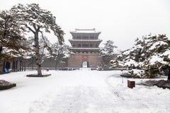 Porta chinesa antiga no inverno fotografia de stock