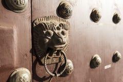 A porta chinesa antiga no sol Imagem de Stock