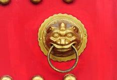 Porta chinesa com uma porta da mão do leão Fotos de Stock Royalty Free