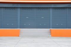 A porta chiusa di nuova costruzione moderna del magazzino Fotografie Stock Libere da Diritti