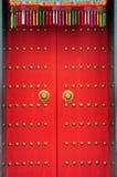 Porta cinese con una porta della mano del leone Fotografie Stock