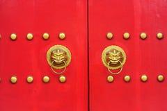 Porta cinese con una porta della mano del leone Immagine Stock