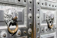 Porta clássica do ferro com os punhos sob a forma das cabeças do leão no centro de St Petersburg, Rússia imagens de stock royalty free