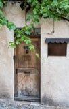 Porta colorata tipica a Moustiers Sainte-Marie in Provenza, Fran fotografia stock libera da diritti