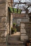 Porta com dossel verde, terraço de uma casa velha em Lubenice Imagem de Stock