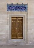 Porta com a mesquita de Suleymaniye do mosaico em Istambul imagens de stock
