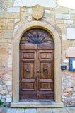 Porta com ofício de madeira do arco da construção antiga fotografia de stock royalty free