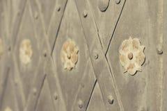 A porta com rebites e aço antigo do estilo floresce Imagens de Stock Royalty Free
