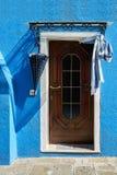 Porta con l'ombrello sulla facciata blu della casa L'Italia, Venezia, Burano i Fotografie Stock Libere da Diritti