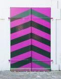 Porta cor-de-rosa velha de uma construção foto de stock royalty free