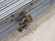 Porta d'acciaio bloccata immagini stock