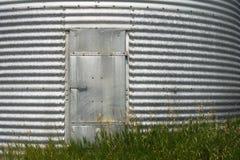Porta d'acciaio del recipiente del grano immagini stock