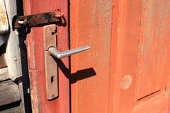 Porta d'annata con la maniglia Fotografie Stock Libere da Diritti