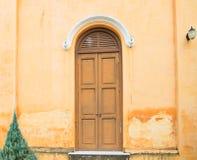 Porta d'annata con la vecchia parete gialla fotografia stock