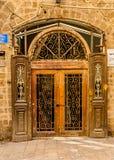 Porta d'annata con una grata decorativa nel vecchio Fotografia Stock Libera da Diritti