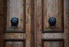 Porta d'annata di legno Lion Knocks di Brown Fotografia Stock