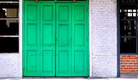 Porta d'annata verde fotografie stock libere da diritti