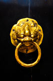 Porta da aldrava de China no templo antigo Foto de Stock