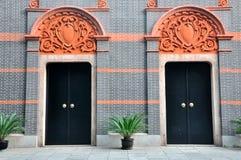 A porta da arquitetura dois com cinzela o detalhe Fotografia de Stock