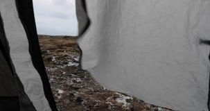 Porta da barraca que acena no vento video estoque