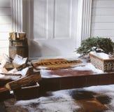 Porta da casa com a esteira bem-vinda no inverno fotos de stock royalty free