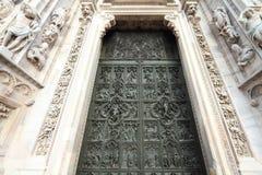 Porta da catedral de Milão foto de stock royalty free