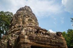 A porta da cidade antiga do Khmer de Angkor Thom, emenda colhe, Camboja fotografia de stock royalty free