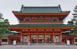 Porta da entrada ao santuário xintoísmo de Heian fotos de stock