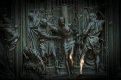 A porta da entrada central da catedral do domo de Milão com elementos da vida de Jesus fotos de stock royalty free