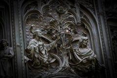 A porta da entrada central da catedral do domo de Milão com elementos da vida de Jesus imagem de stock royalty free