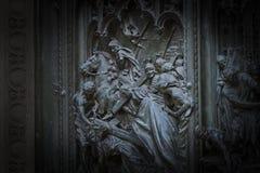 A porta da entrada central da catedral do domo de Milão com elementos da vida de Jesus fotos de stock