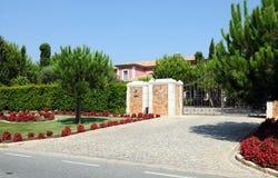 Porta da entrada de uma casa cor-de-rosa grande Imagem de Stock Royalty Free